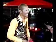 Un magicien de rue épate une blonde