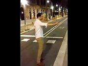 Un abruti tacle une blonde dans la rue