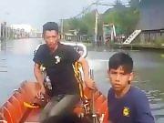 Un bateau taxi avec un moteur sur-puissant