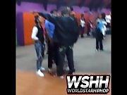 Un mec frappe un couple d'adolescents