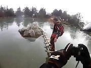 Un homme essaie d'atteindre un rocher