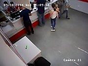 Une nana vole un cutter