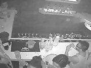 Une nana se fait cogner dans un bar