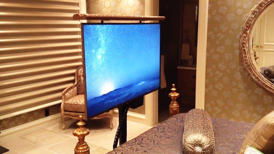 un homme regarde la t l au lit. Black Bedroom Furniture Sets. Home Design Ideas