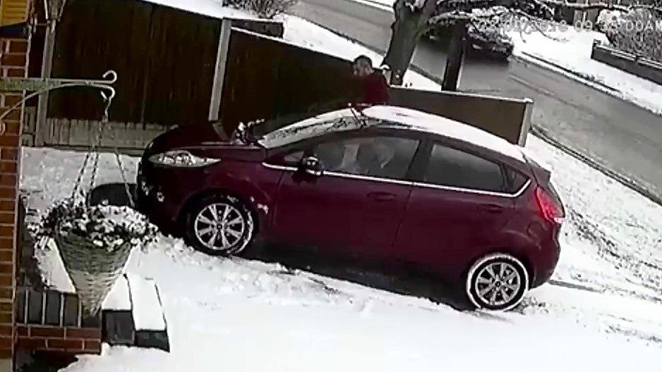 Une voiture glisse dans son all e de garage for Reprise voiture dans garage