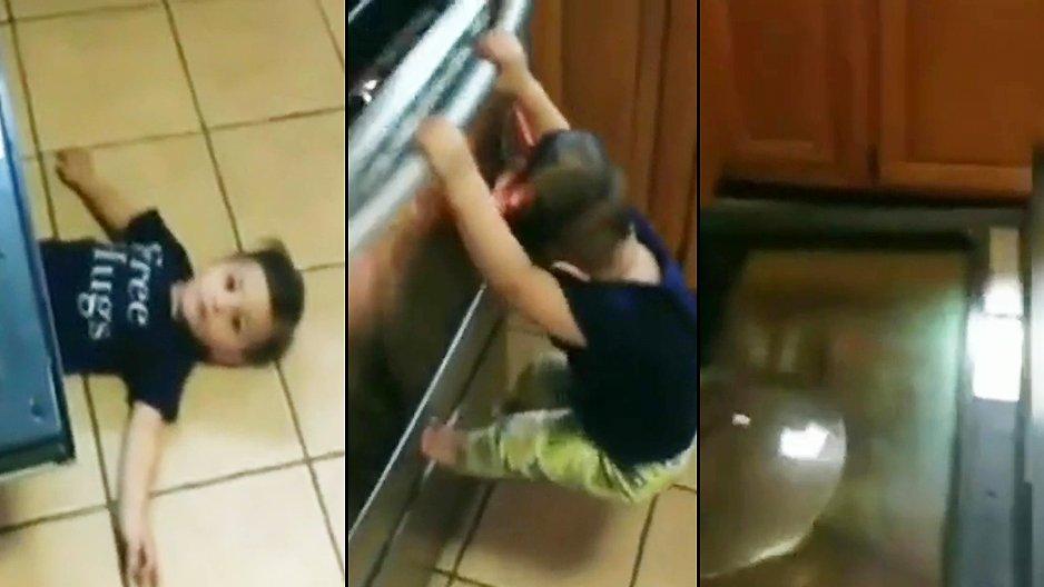 Un enfant qui se pendouille à la porte du four