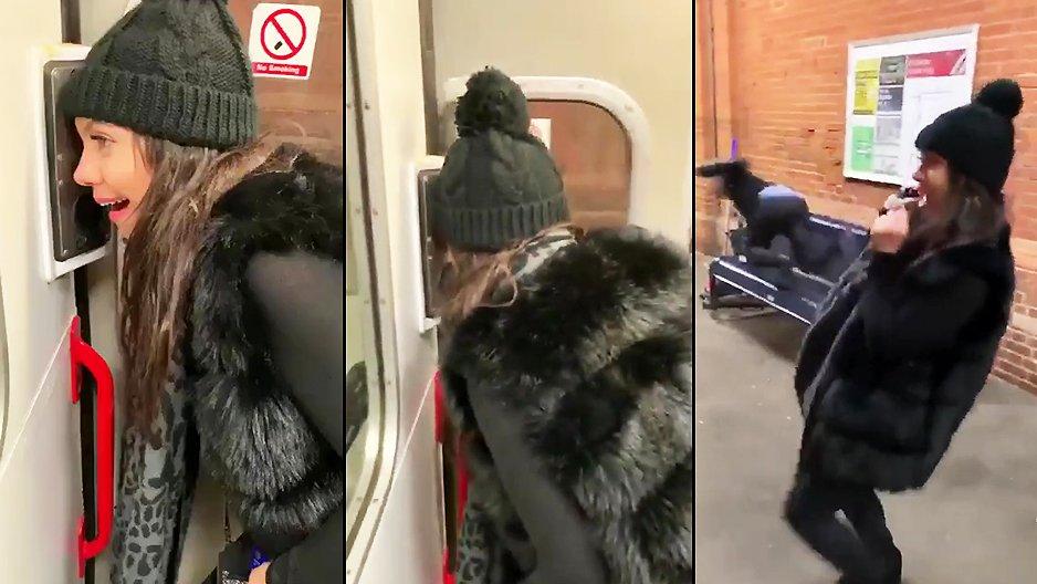 Une brune croise un homme à la sortie du train