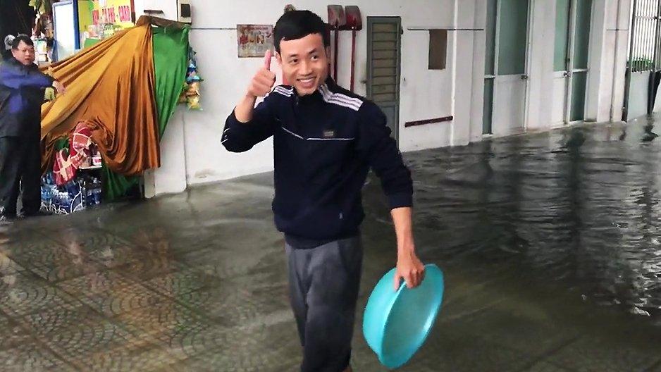 Un homme qui pêche avec une bassine