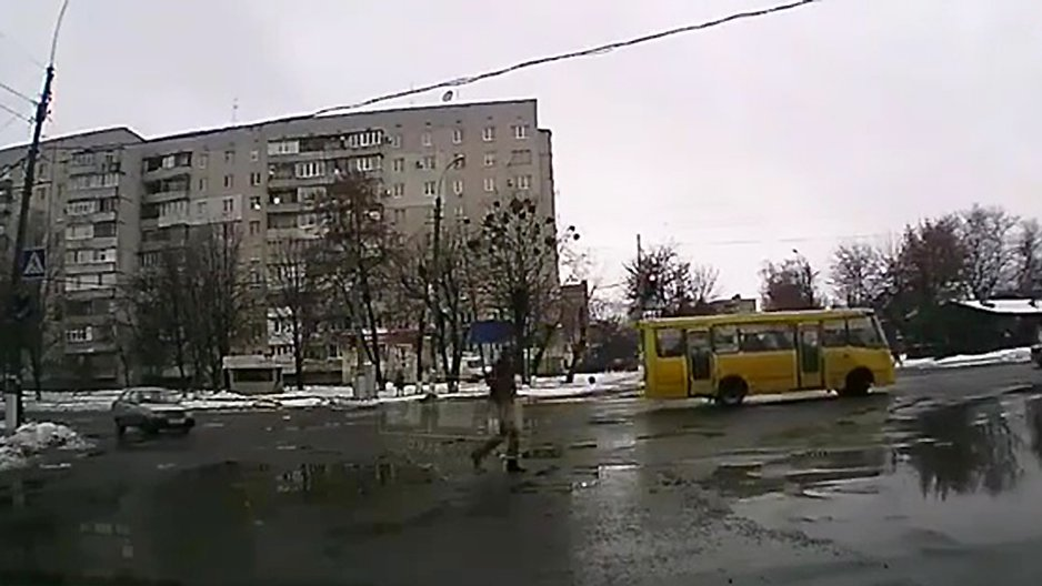 Un piéton qui traverse une route