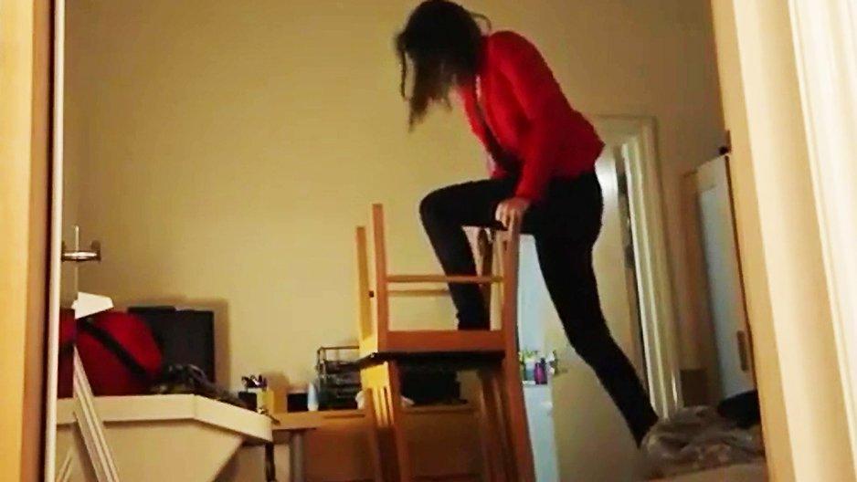 Une fille qui se la joue équilibriste