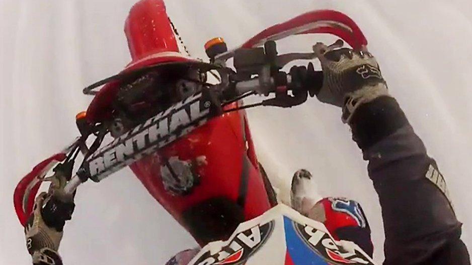 Régis fait de la motocross sur un lac gelé