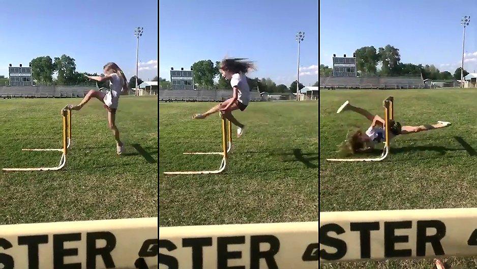 Une jeune fille dans un saut d'obstacles
