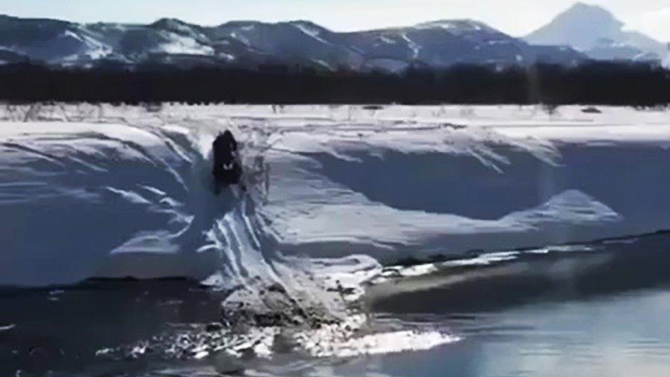 Un russe traverse une rivière avec son jetski