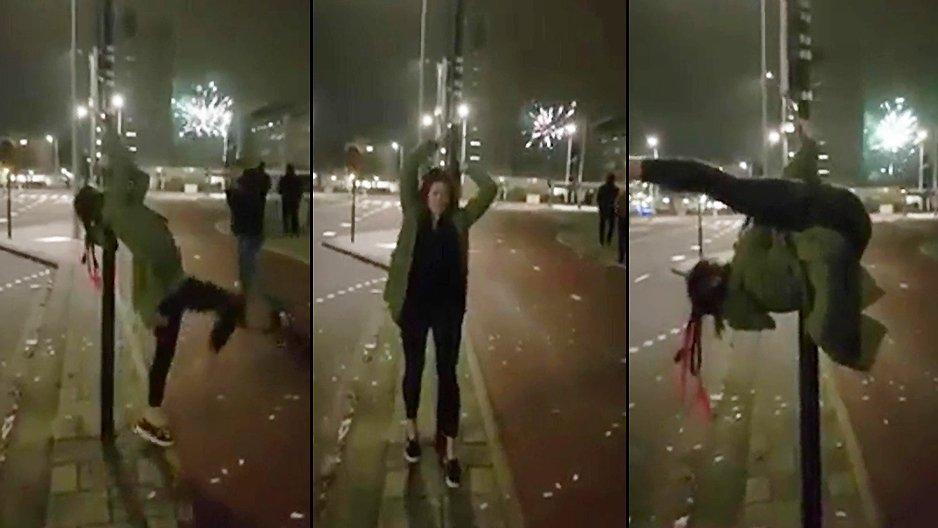 Une nana bourrée fait du pole dance en pleine rue