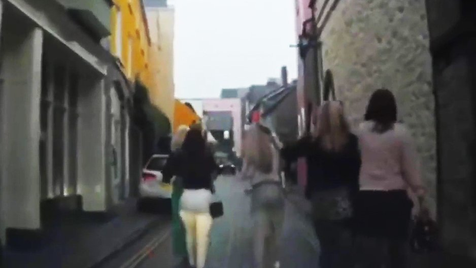 Un automobiliste croise une brochette de nanas bourrées