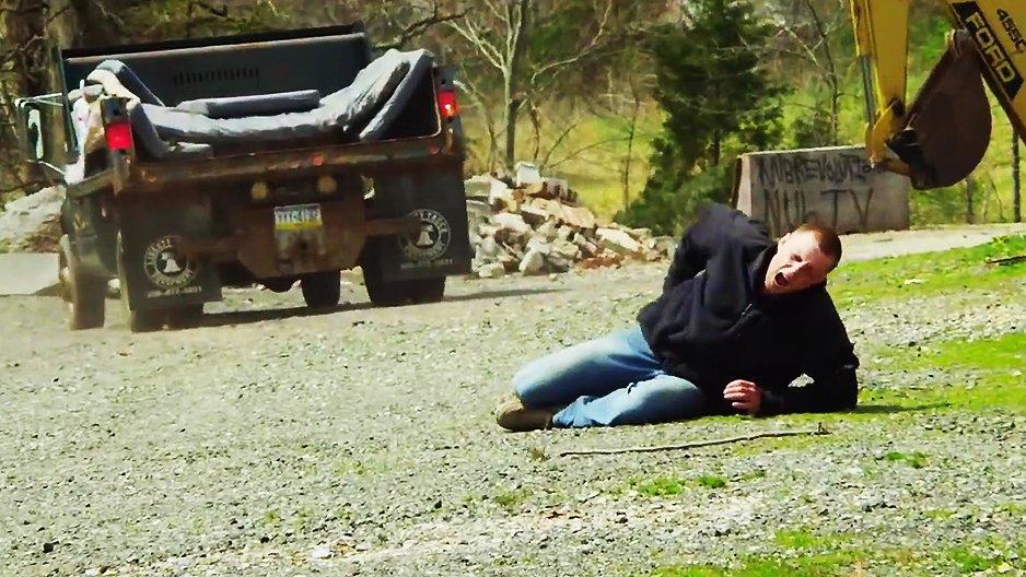 Il voulait sauter dans le pickup de son pote