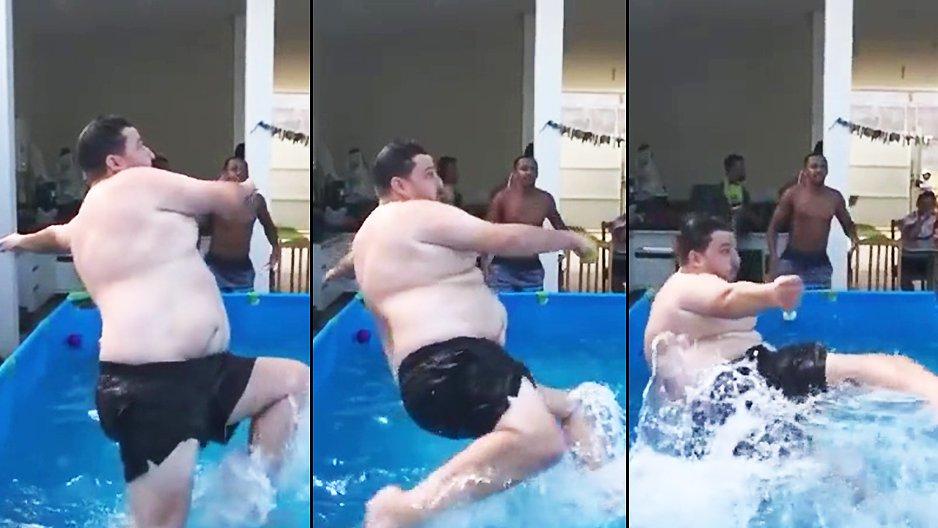 Un gros dans une piscine qui tape dans un ballon