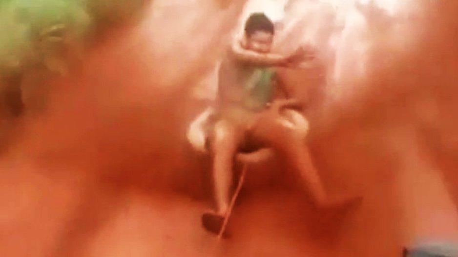 Un mec se fait tracter sur une bouée