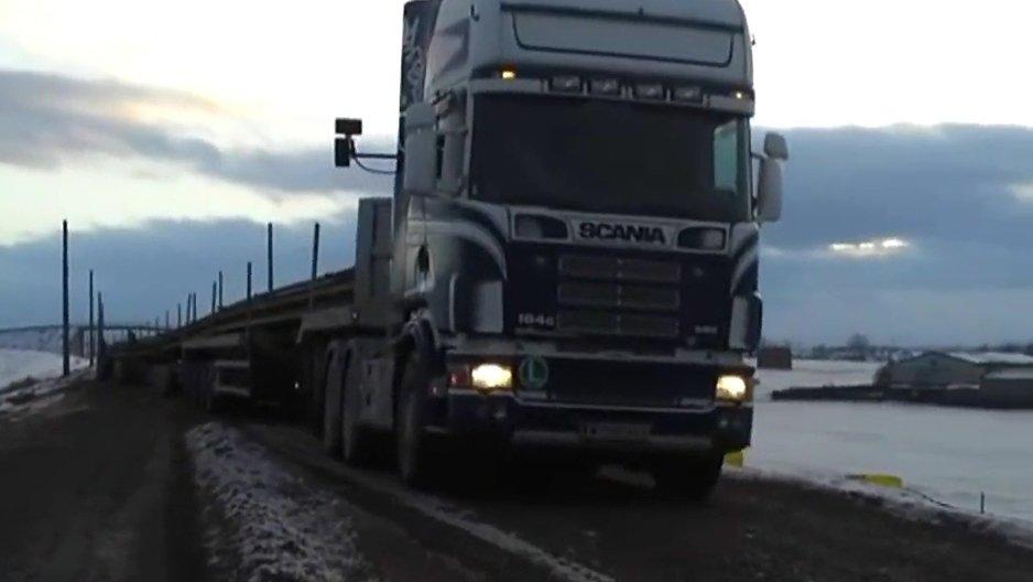 Un camion avec une remorque XXL