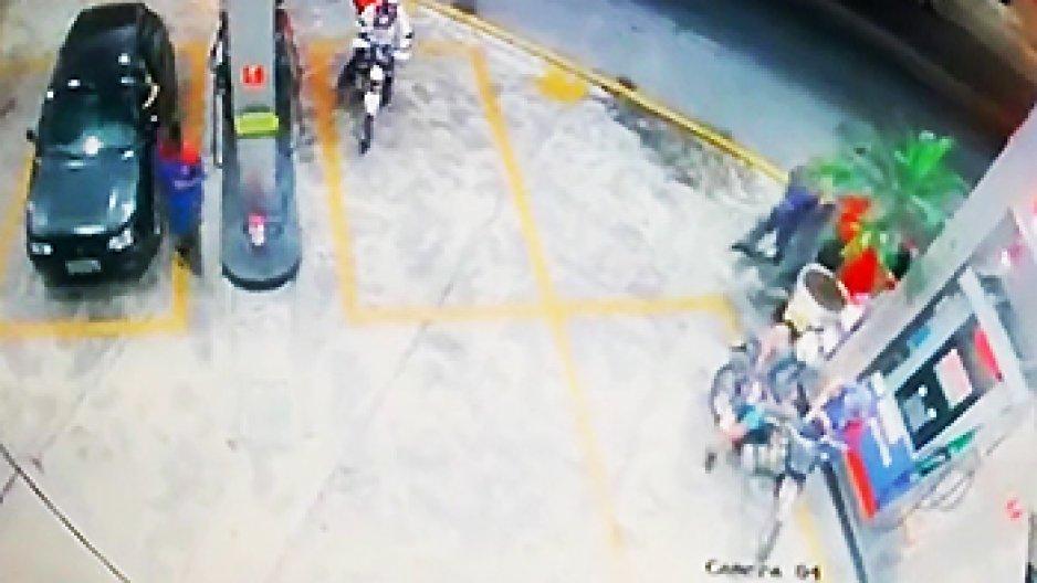 Un livreur croise sa nana dans une station service
