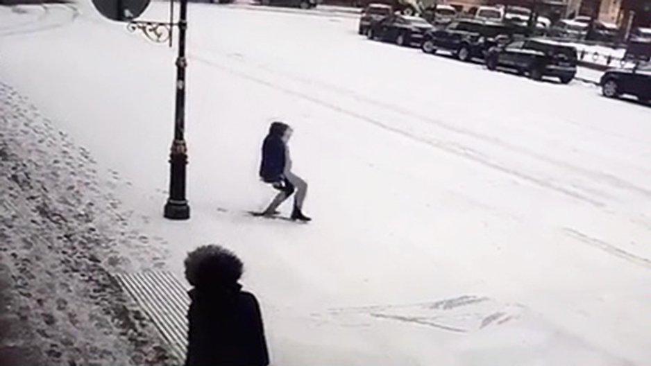 2 personnes aident un homme qui vient de glisser