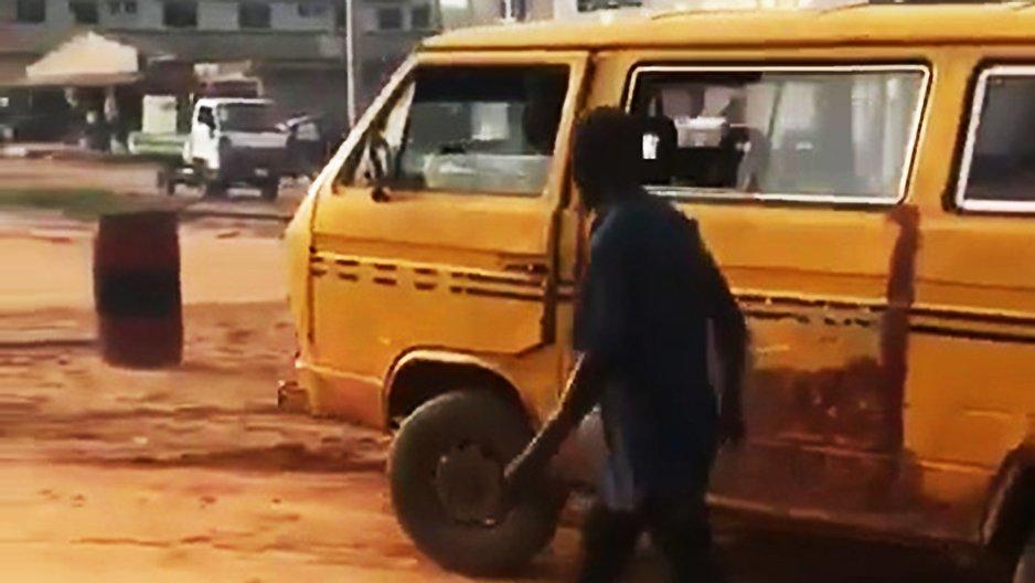 Une camionnette avec un problème de direction