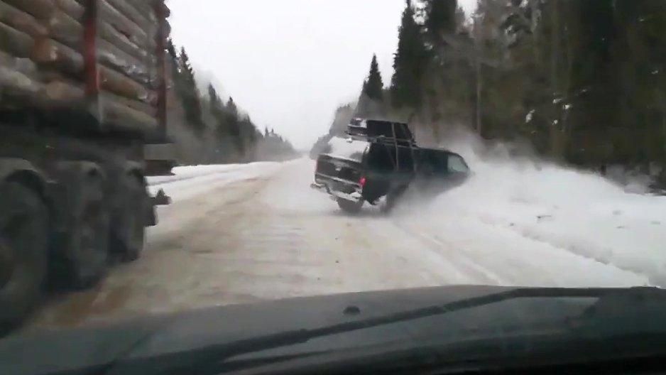 Croiser un chauffard sur une route enneigée