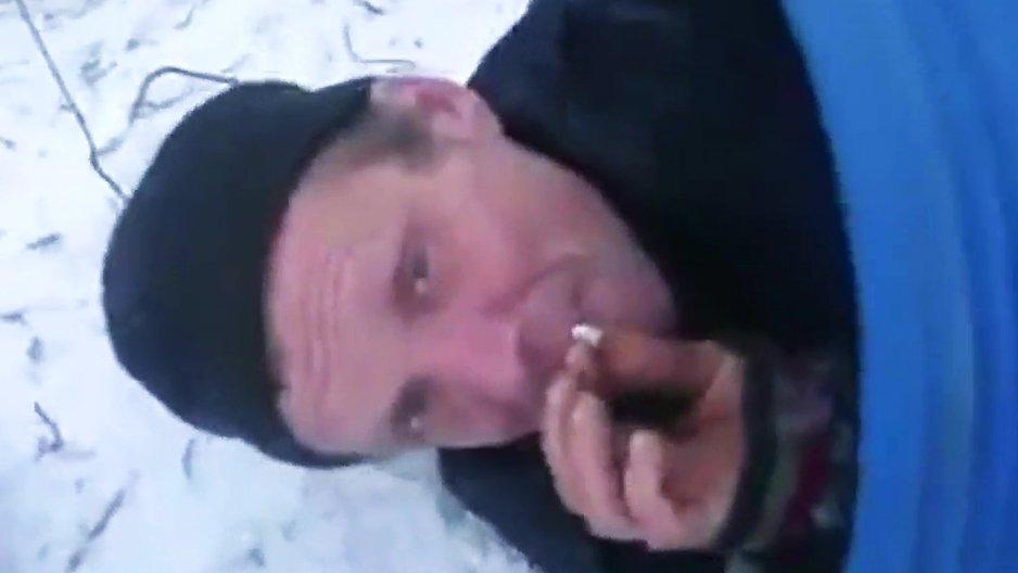 Un russe fume sa clope pendant sa livraison