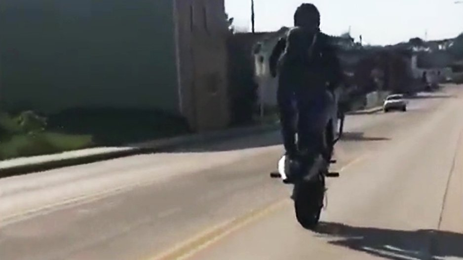 Un wheelie avec sa moto