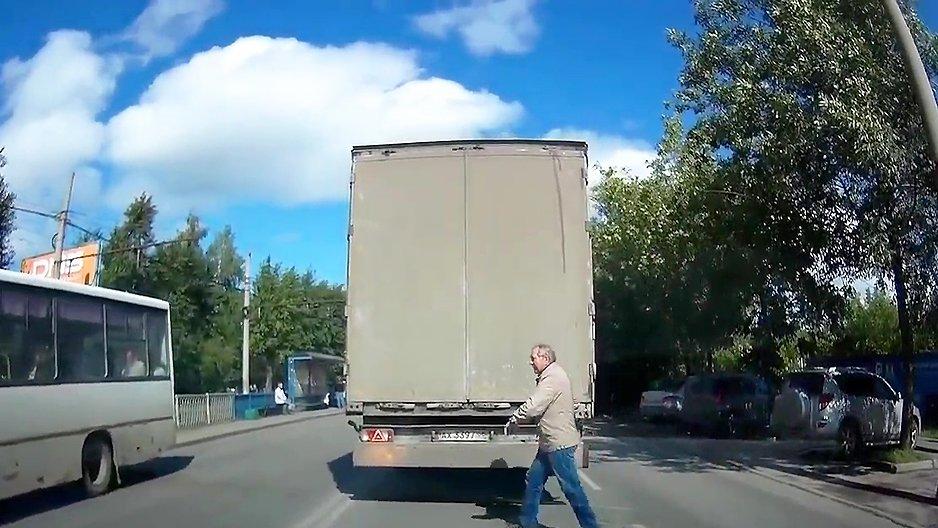 Un vieux monsieur très chanceux en traversant une route