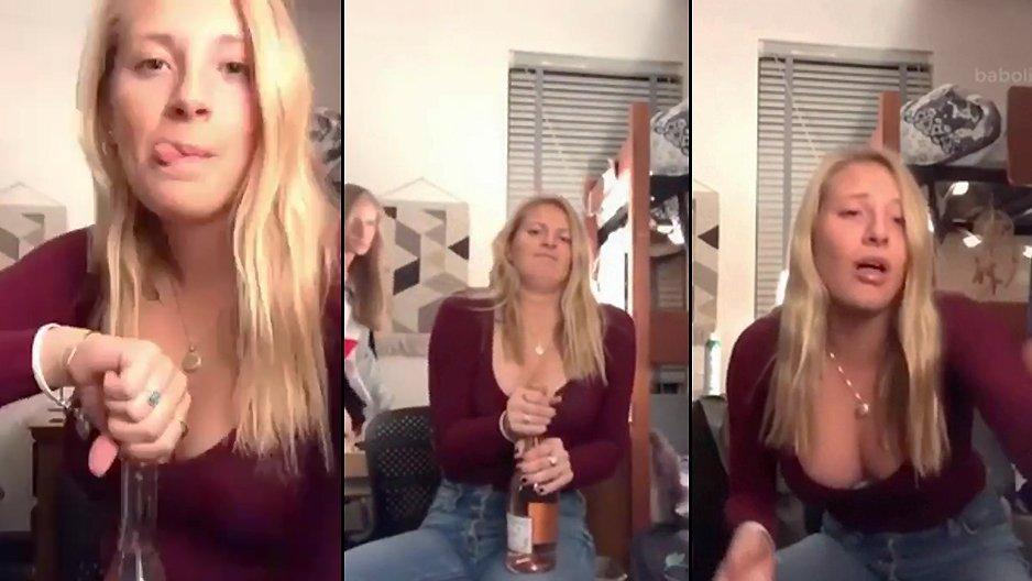 Une blonde qui ouvre une bouteille de champagne