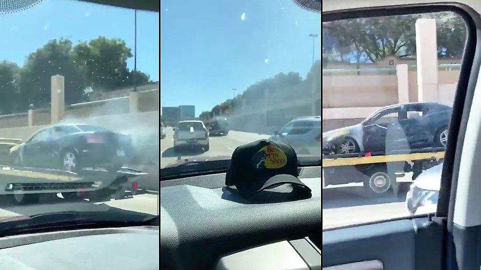 Une dépanneuse remorque une voiture en feu