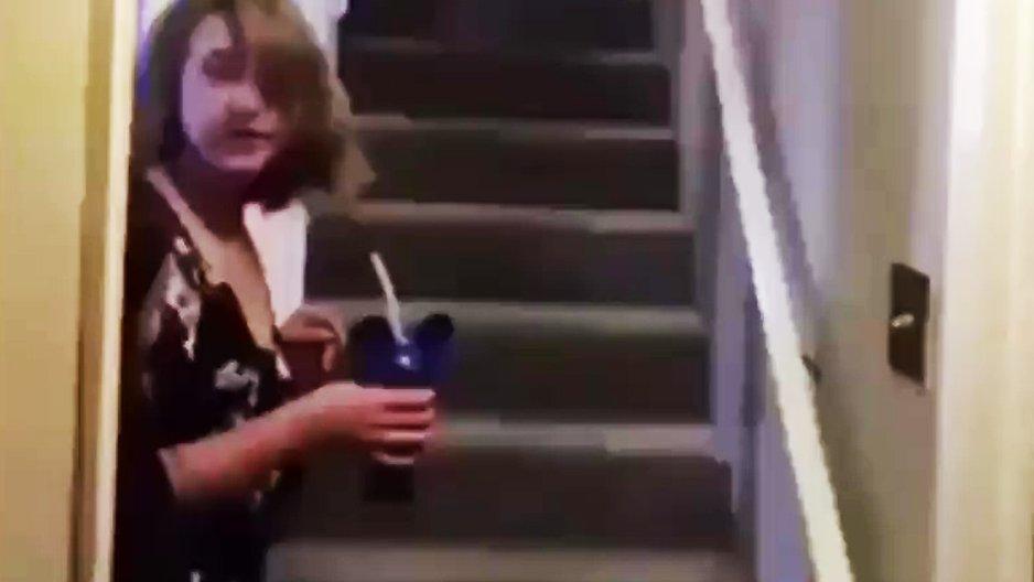 Une fille se gamelle dans des escaliers