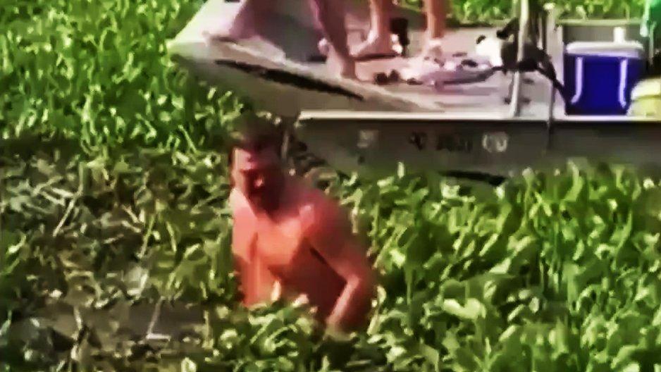 Un homme qui descend d'un bateau