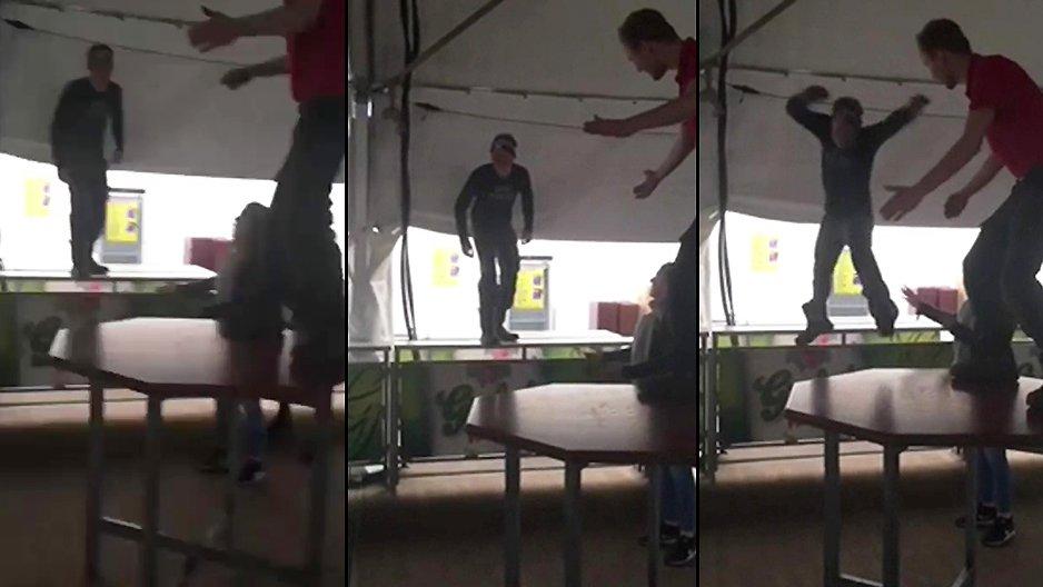 Un abruti qui saute sur une table