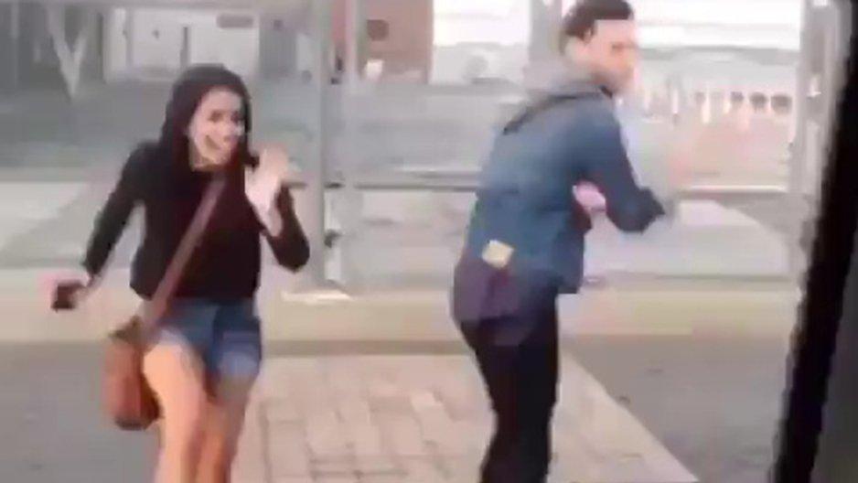 Un couple qui danse dans la rue