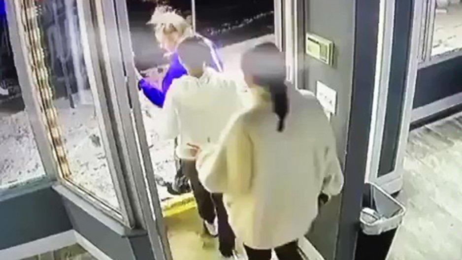 Trois nanas sortent d'un magasin