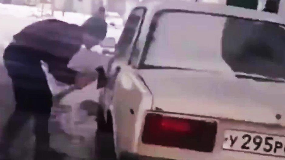 Un russe oublie ses clés dans la voiture