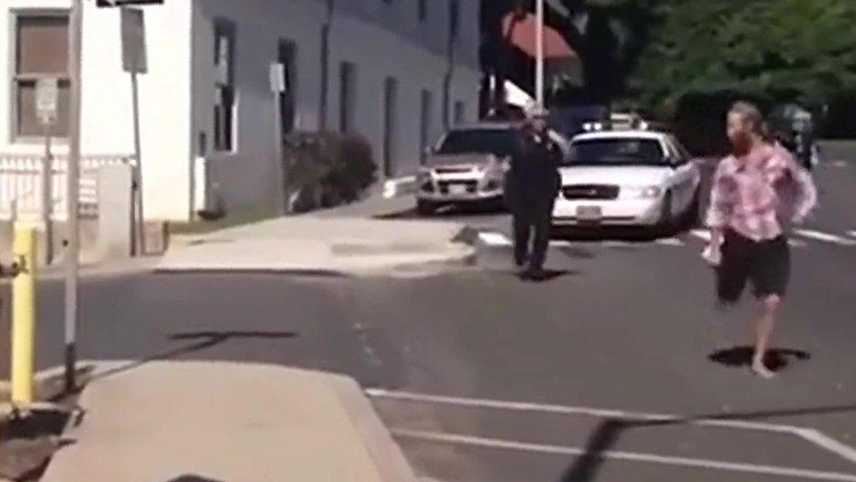 Un voyou nargue un policier obèse