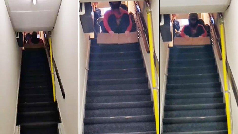 Deux filles descendent des escaliers