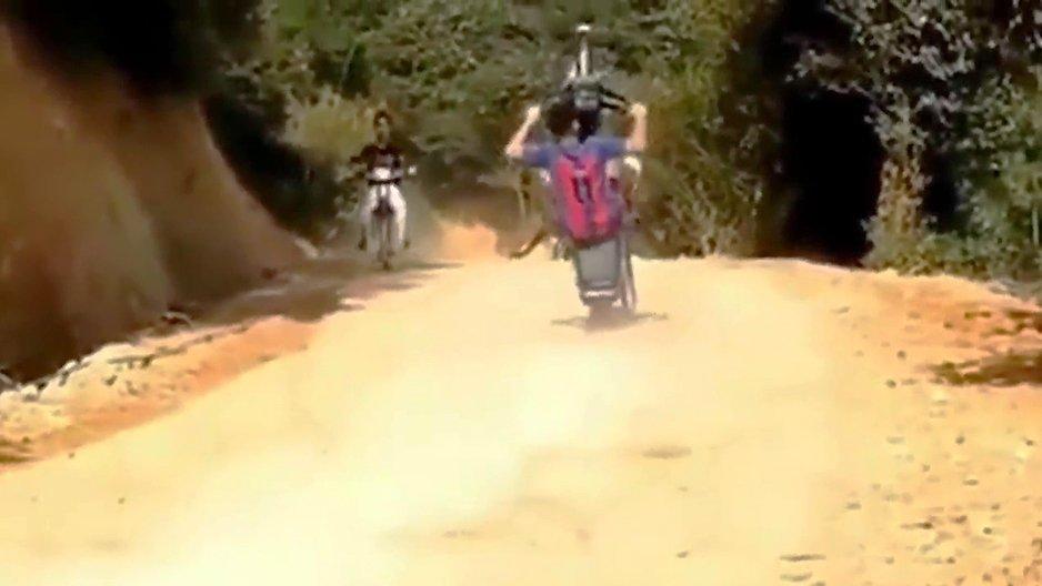 Un accident WTF durant un wheelie