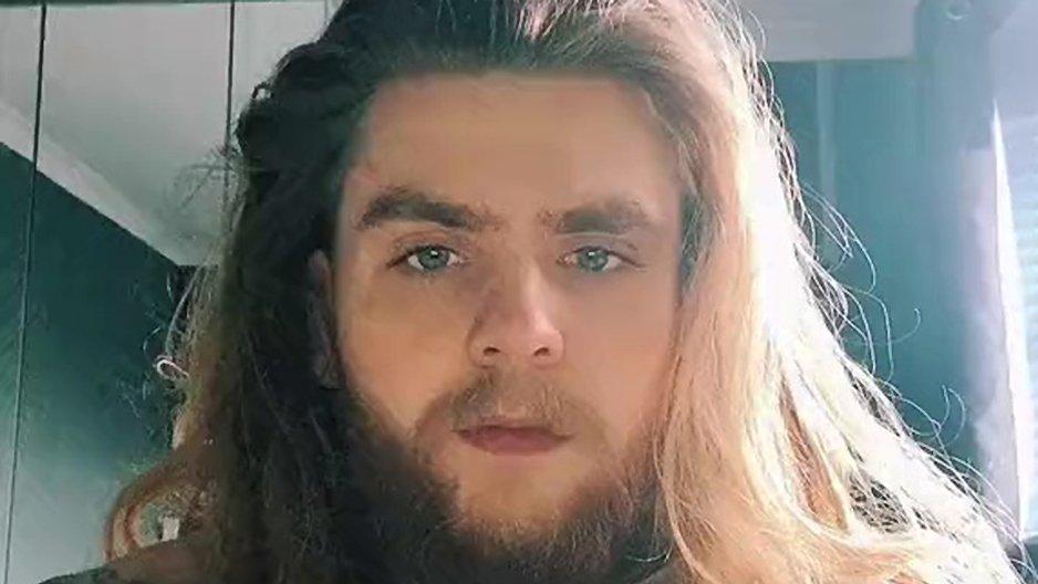Un chevelu se coupe la barbe