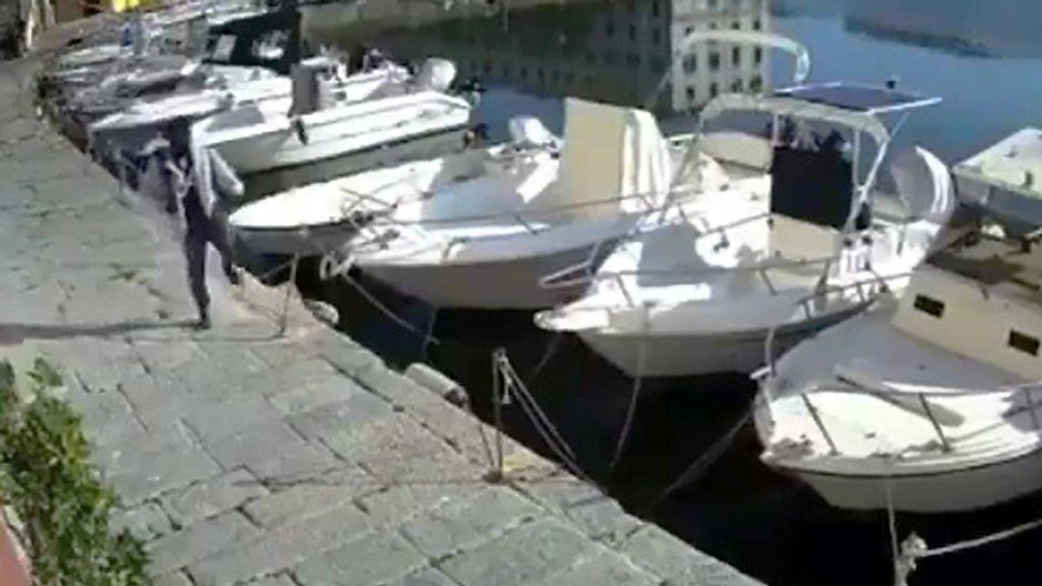 Un casseur sur un port