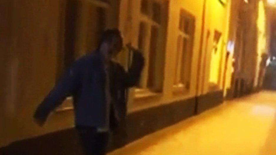 Un mec ivre essaie de réaliser un backflip