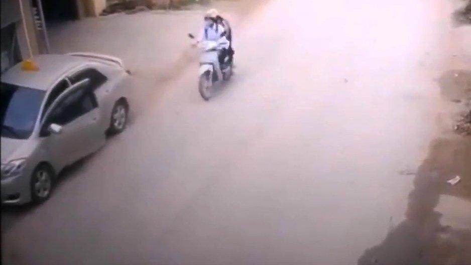 Deux types malchanceux sur un scooter