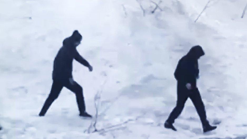 Deux potes marchent dans la neige