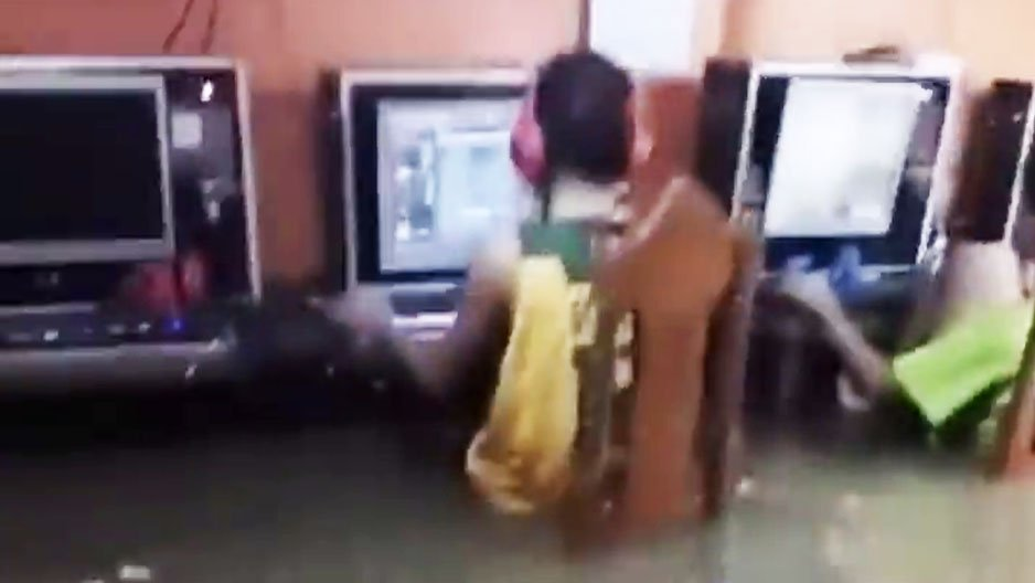 Des gamers pendant une inondation