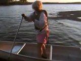 Vieux monsieur se met ko sur son bateau